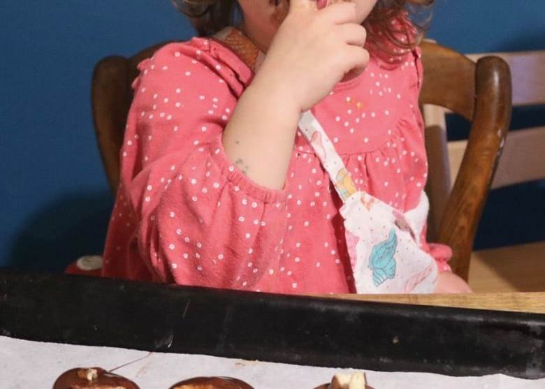enfant lèche chocolat