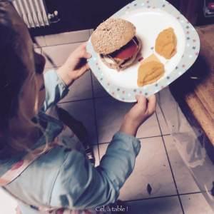 servir les burgers en jouant au restaurant