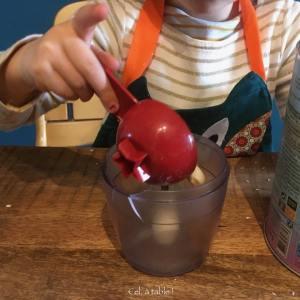 enfant qui verse des amandes dans un mixeur