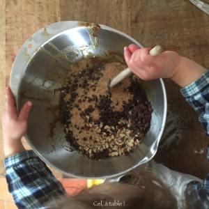 enfant qui mélange les ingrédients pour cookies
