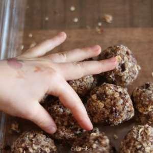 main d'un enfant prenant des boules d'énergie