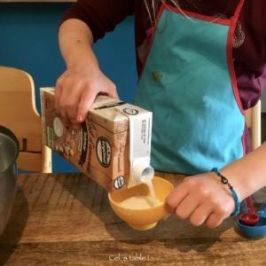 enfant qui mesure du lait