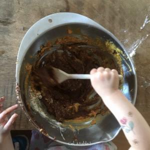 enfant qui mélange un gâteau au chocolat