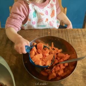 enfant qui prend de la patate douce dans une cuillère