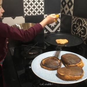enfant qui fait cuire des pancakes