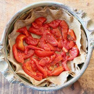 disposer des tomates rôties dans un plat à tarte
