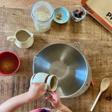 Enfant qui cuisine avec des ingrédients pré-mesurés