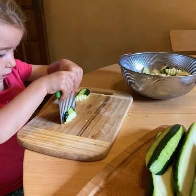 cuisiner avec son enfant avec Un couteau adapté au tout petits