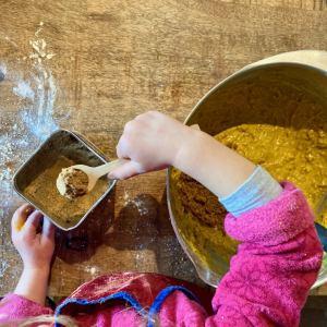 enfant qui mesure les épices