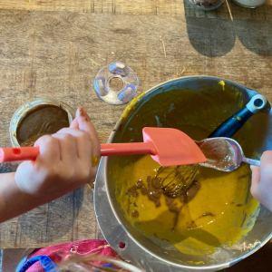 enfant qui ajoute de la purée d'amande