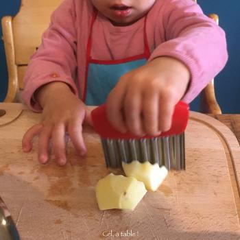 enfant qui coupe avec un coupe-légume
