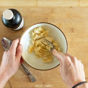 écraser une banane à la fourchette