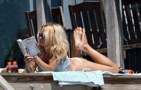Pamela_Anderson_relaxing_in_Malibu_02
