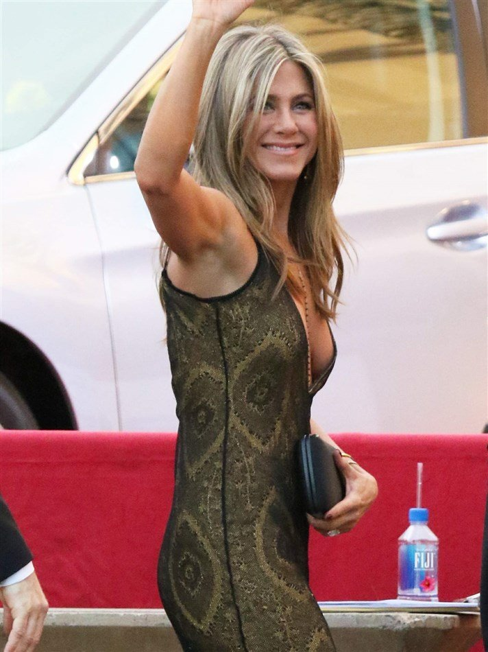 Jennifer Aniston And Ariel Winter Perfectly Contrast At the SAG Awards