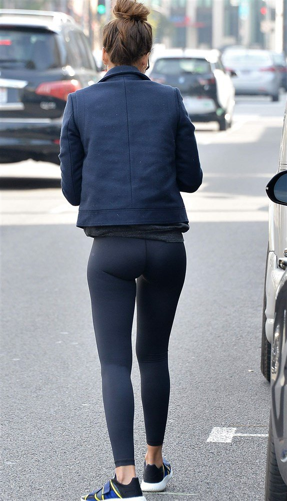 Jessica Alba Flaunts Her Ass And Thigh Gap In Tight Leggings