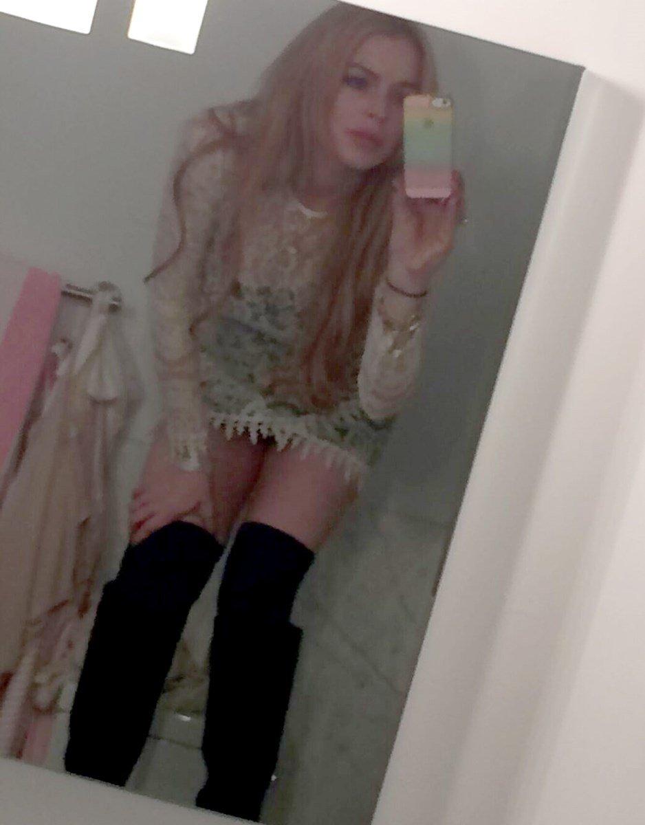 Lindsay Lohan Topless Nude Selfies Leaked