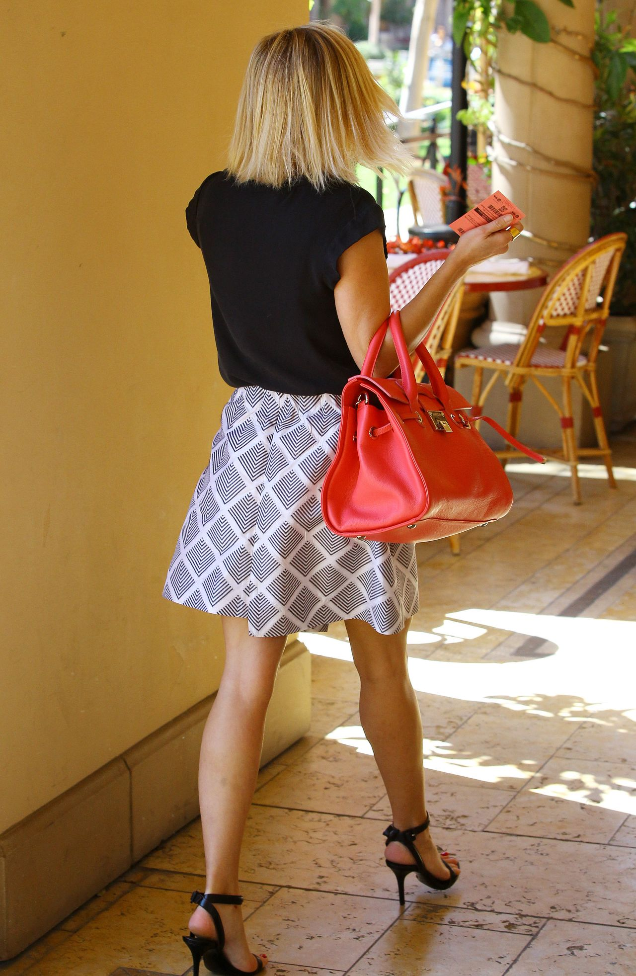 Reese Witherspoon Flaunts Legs In Miniskirt Bouchon In