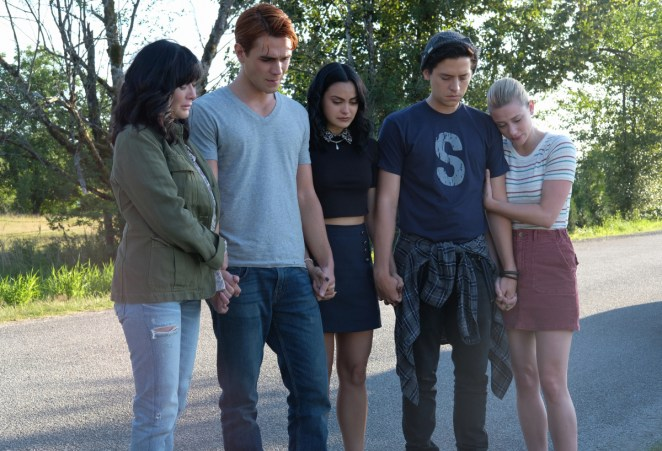 """Riverdale -- """"Chapter Fifty-Eight: In Memoriam"""" -- Image Number: RVD401a_0113.jpg -- Pictured (L-R): Shannen Doherty, KJ Apa as Archie, Camila Mendes as Veronica, Cole Sprouse as Jughead and Lili Reinhart as Betty -- Photo: Robert Falconer/The CW -- © 2019 The CW Network, LLC. All Rights Reserved."""