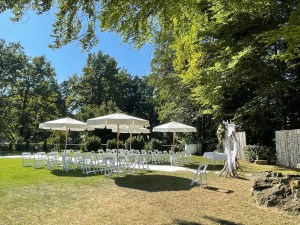 OUTDOOR WEDDING WITH CHAIRS AND UMBRELLAS