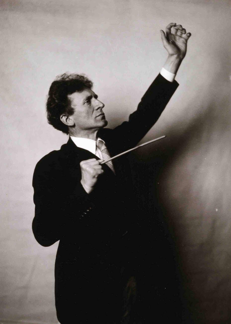 Percy Grainger conducting.jpg