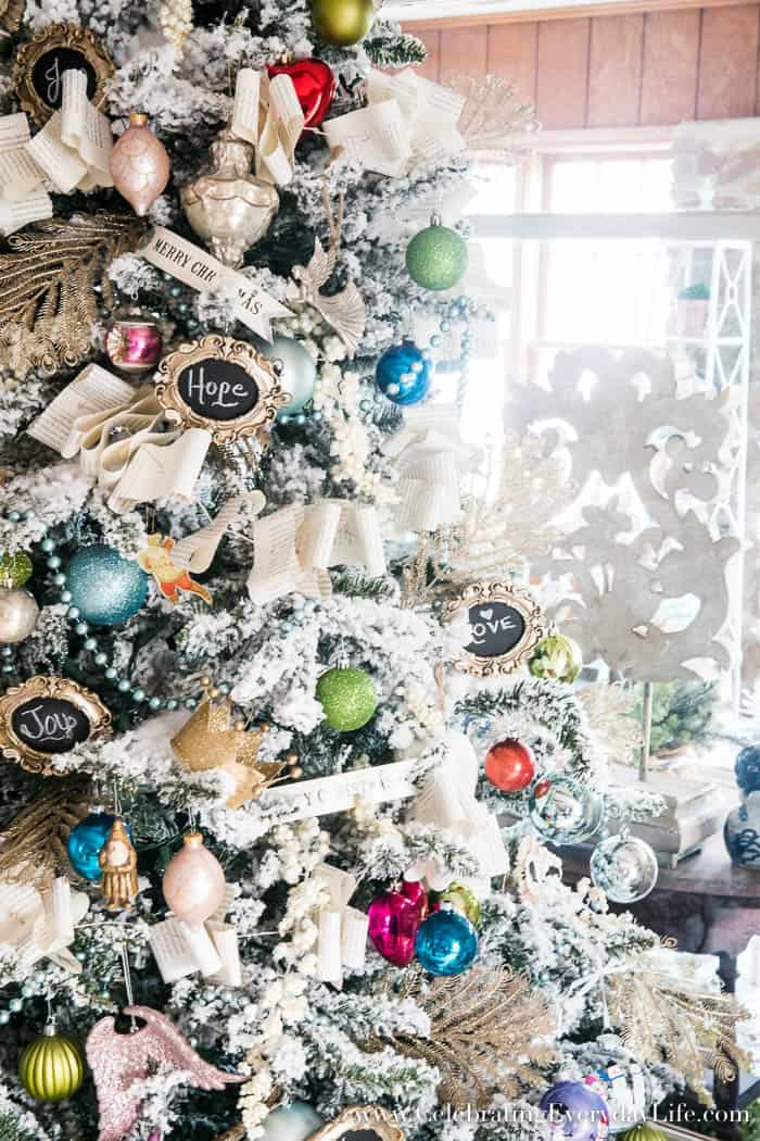 How to decorate a flocked shabby chic christmas tree for Decorare stanza shabby chic