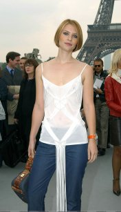 Claire_Danes_see_through_at_the_Eiffel_tower_03
