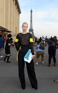 iggy_azalea_see_thru_blouse_at_the_maison_martin_margiela_fashion_show_in_paris_111