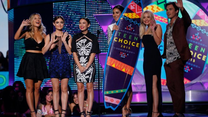 "The cast of ""Pretty Little Liars"" accept the award for choice TV show drama during the 2015 Teen Choice Awards in Los Angeles, California, United States August 16, 2015. REUTERS/Mario Anzuoni - RTX1OFP5"