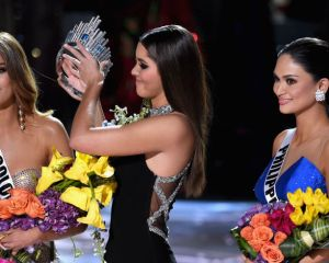 landscape-1450689040-taking-crown-away-from-miss-colombia-after-steve-harvey-announced-the-wrong-winner-of-miss-universe
