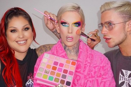 Jeffree Star promoting his new video.