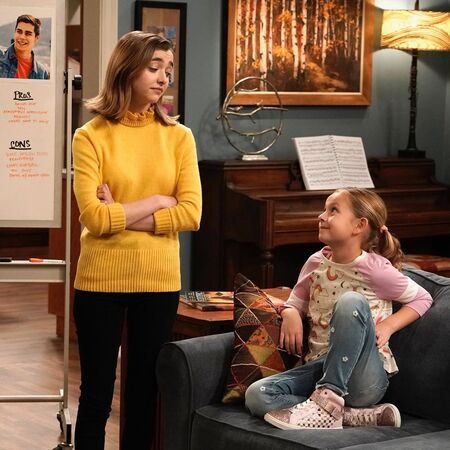 Ashley Boettcher and Oakley Bull as Nicole Bennett and Leila Bennett, respectively, on the Fox sitcom, 'Outmatched.'