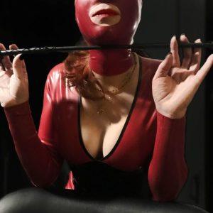 Maîtresse Célia Dominatrice BDSM Cagoule Latex Rouge