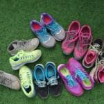 Håndball sko på gressmatta.