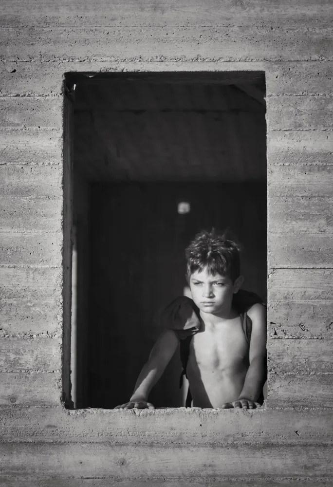 portrait d'un garçon sur une fenêtre d'un immeuble en construction
