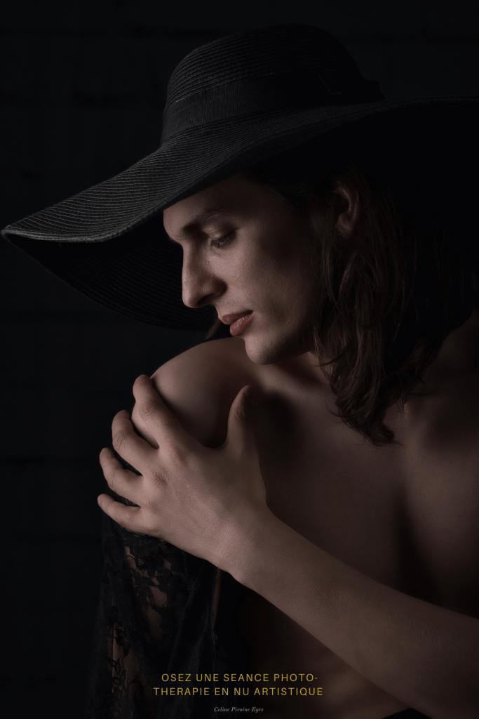 Portrait d'un homme aux cheveux longs portant un chapeau de femme