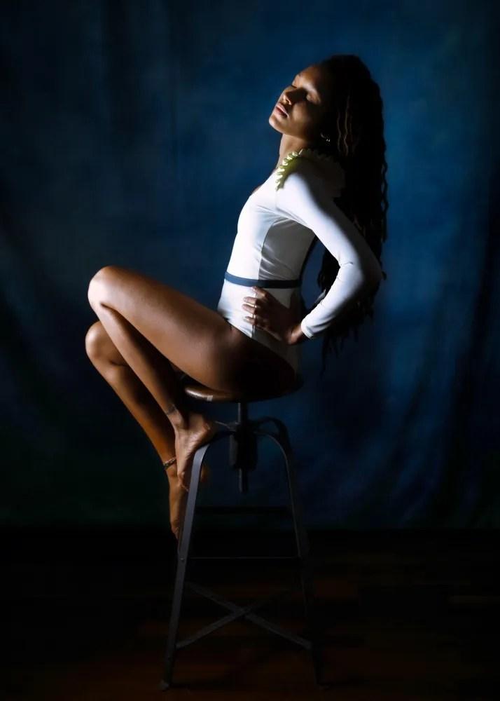 Femme modèle black en maillot de bains rétro photothérapie