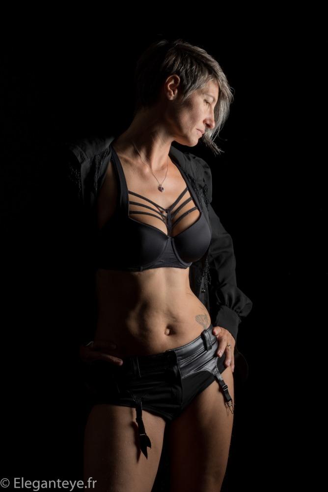 femme en lingerie noire en clair obscur cheveux courts