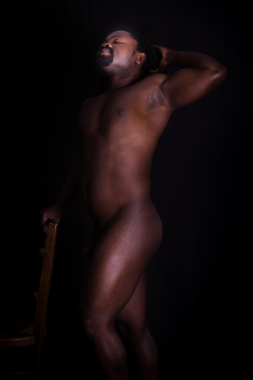 homme black noir en nu artistique debout de profil en clair obscur