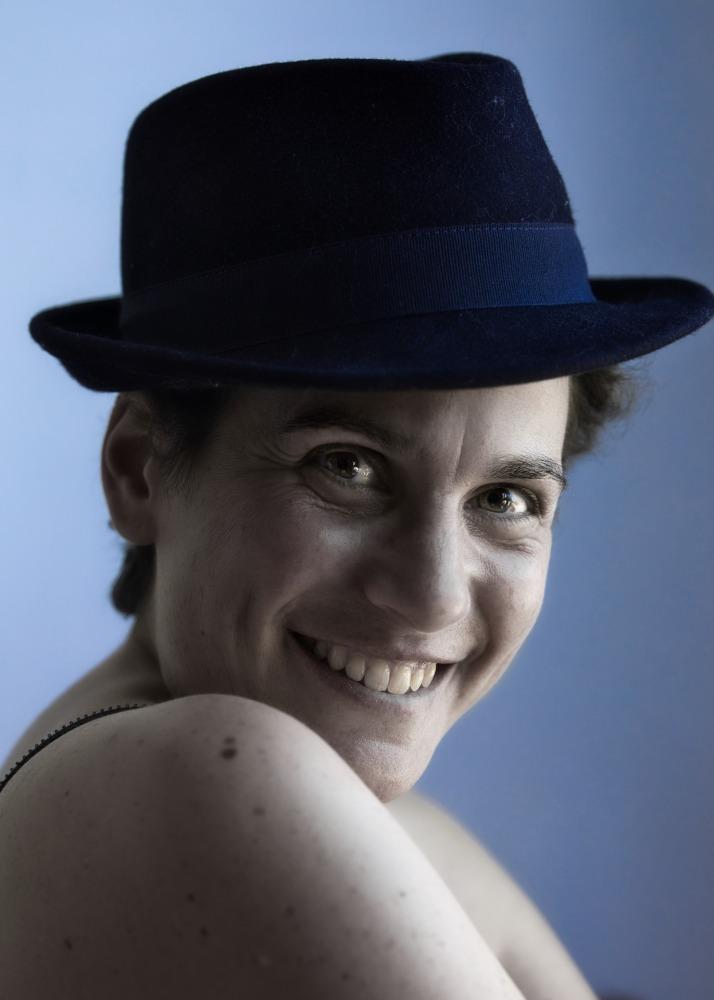 Portrait d'une femme aux cheveux courts portant un chapeau d'homme