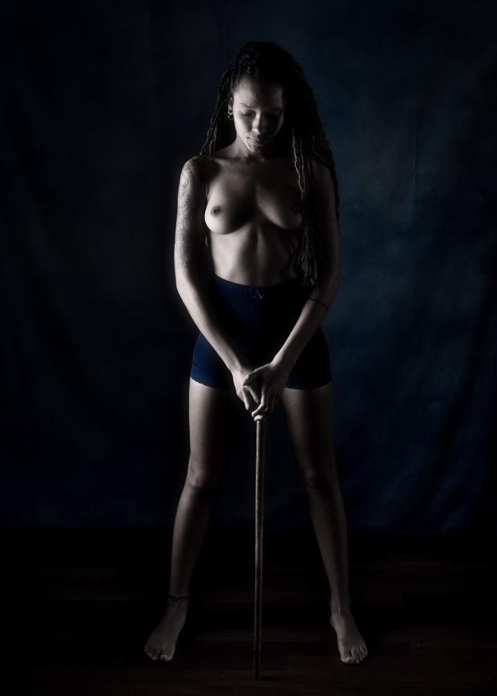 modèle femme black en nu artistique en clair obscur seins nus dreadlocks