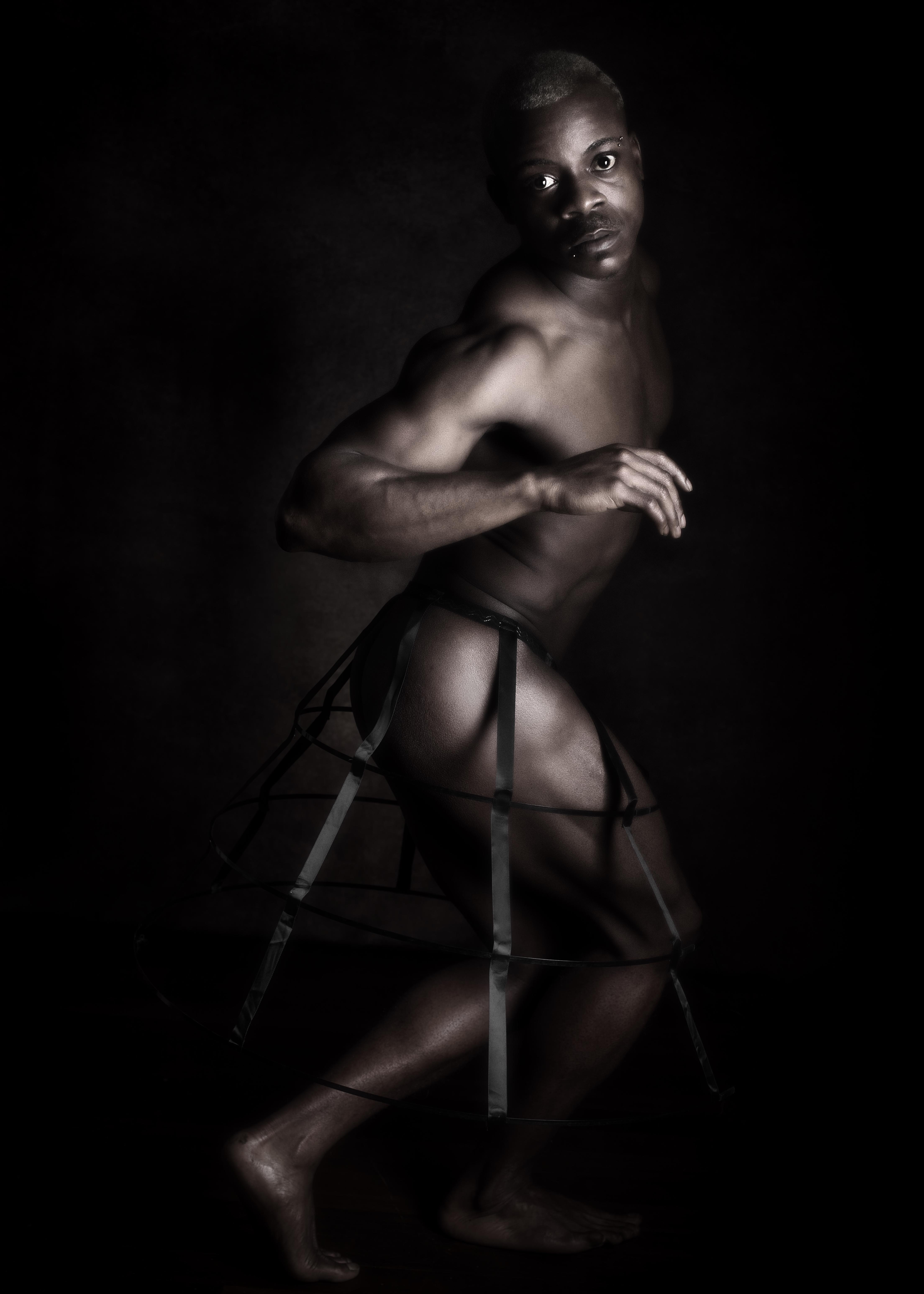 homme black modèle en nu artistique clair obscur en crinoline