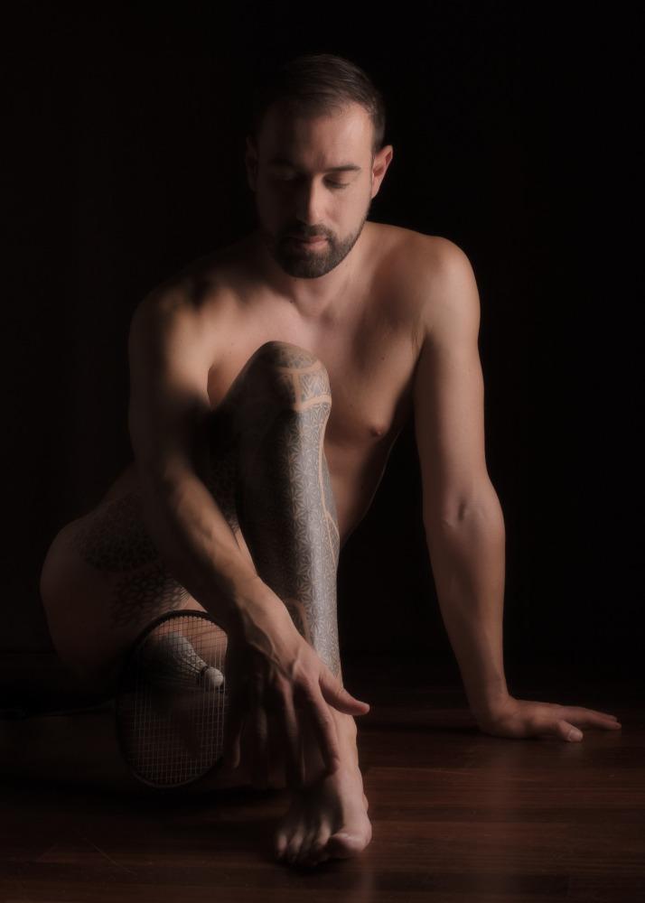 homme tatoué en nu artistique jambe atrophiée handicap invisible