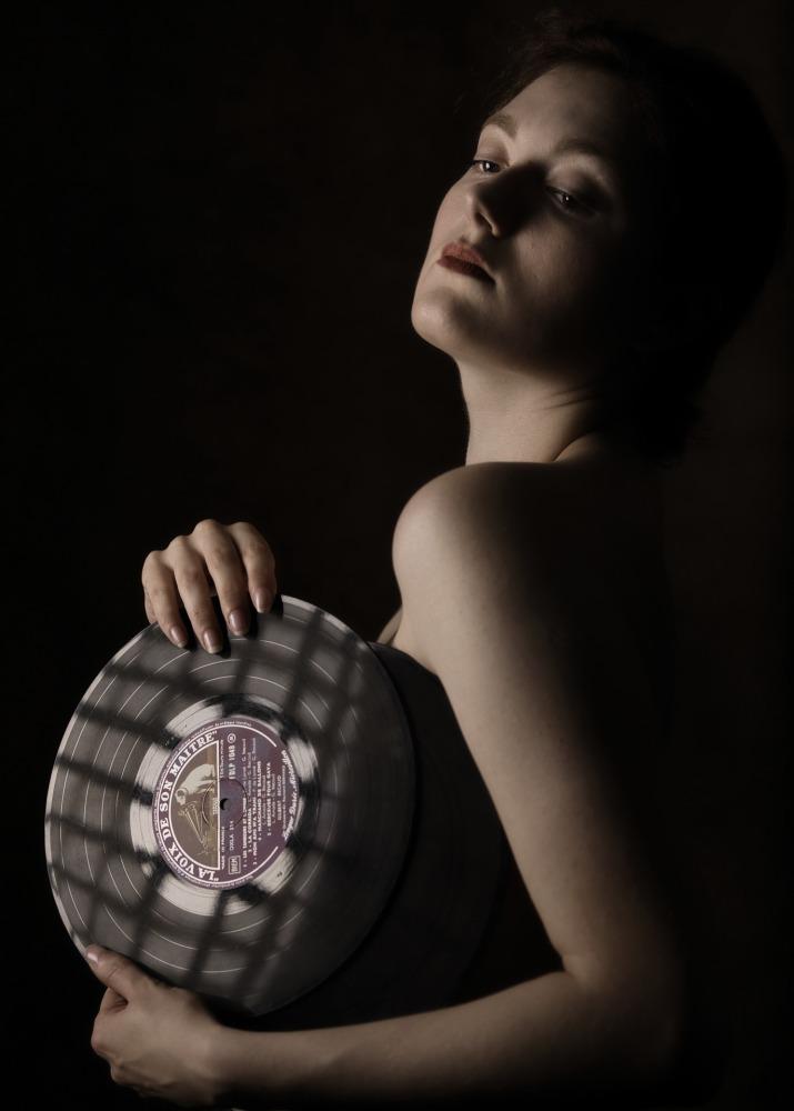portrait vieilli d'une jeune femme avec un disque 33t la voix de son maître