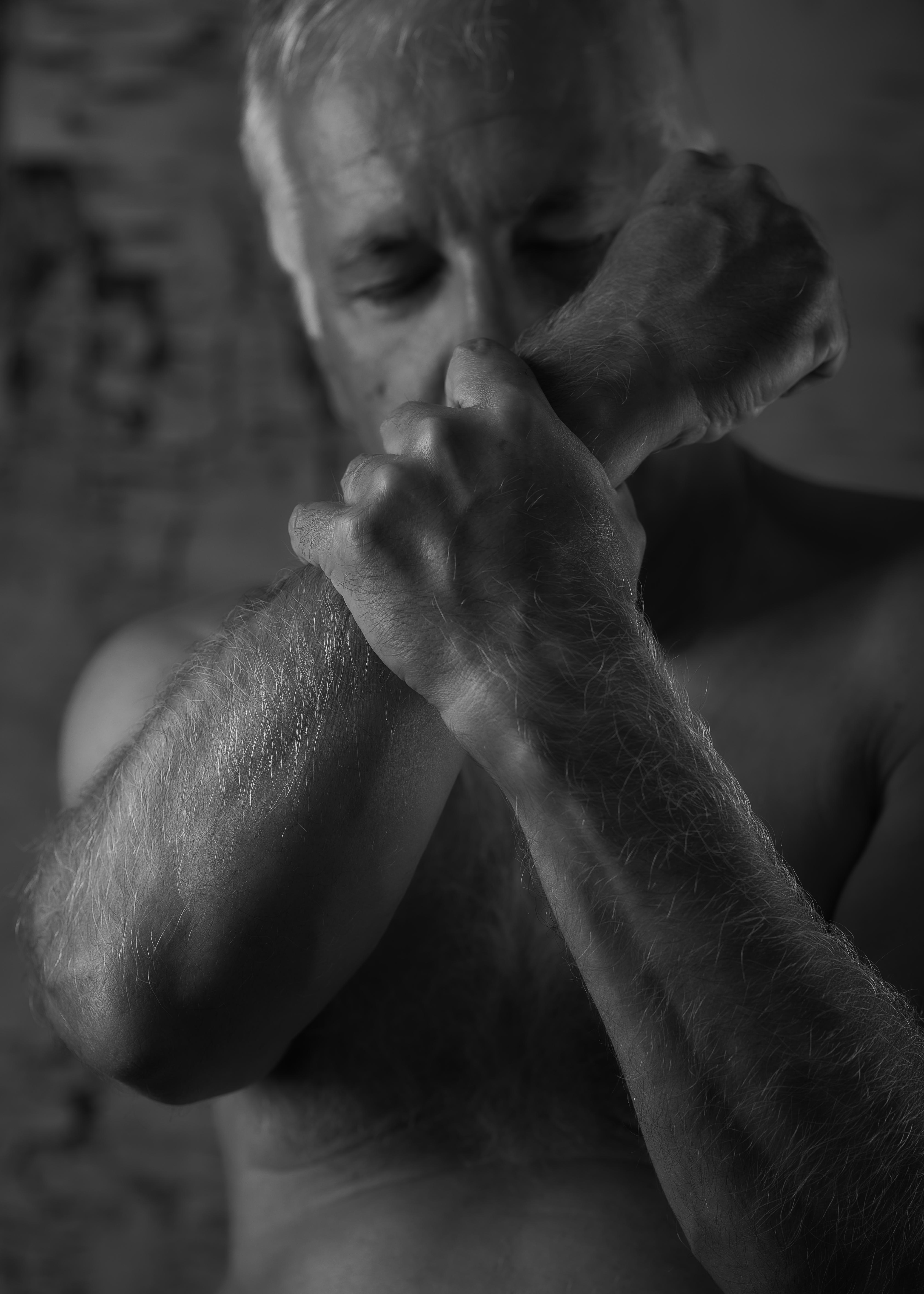homme mature en nu artistique noir et blanc poings serrés