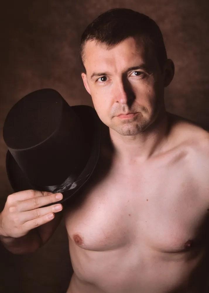 portrait homme nu avec un chapeau haute de forme