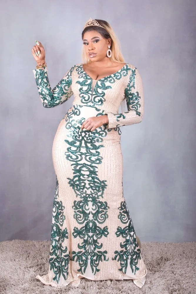 femme black en longue robe verte et beige tenue de fête