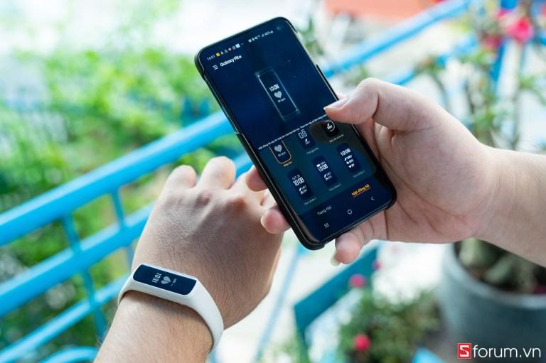 Sforum - Trang thông tin công nghệ mới nhất tren-tay-samsung-galaxy-fit-e-7 Trên tay Samsung Galaxy Fit E: Thiết kế nhỏ gọn, trẻ trung, có cảm biến nhịp tim, giá 990K