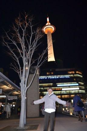 bergaya di depan Kyoto tower