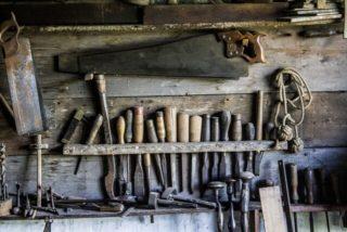 Es una pared donde estan acomodada toda la herramienta del carpintero