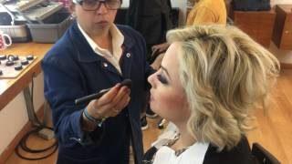 Estan maquillando a Karina Moreno para una entrevista